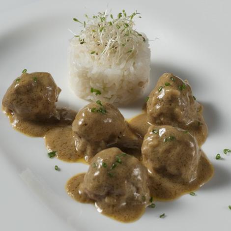 Albóndigas al curry con arroz Thai
