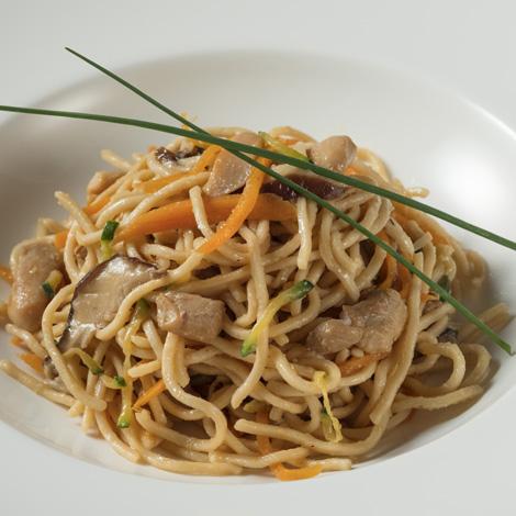 Noodles con pollo y salsa Teriyaki