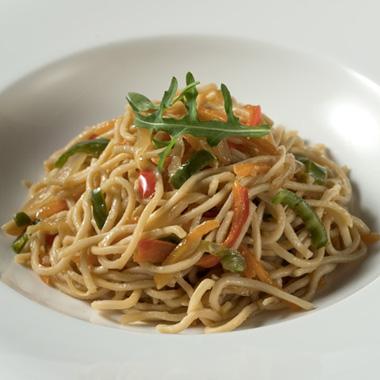Noodles con verduras al wok y salsa Tamari
