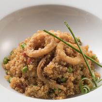Quinoa amb calamars, verdures i pèsols