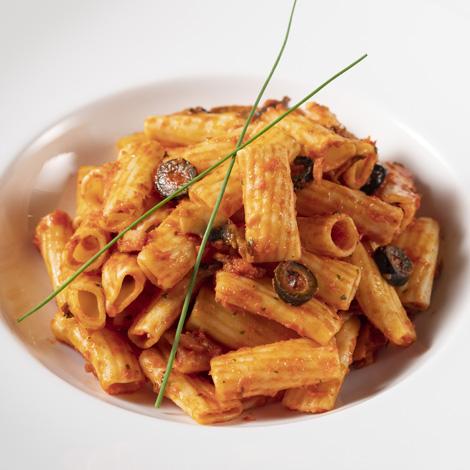 Rigatone con salsa rústica y salchichas
